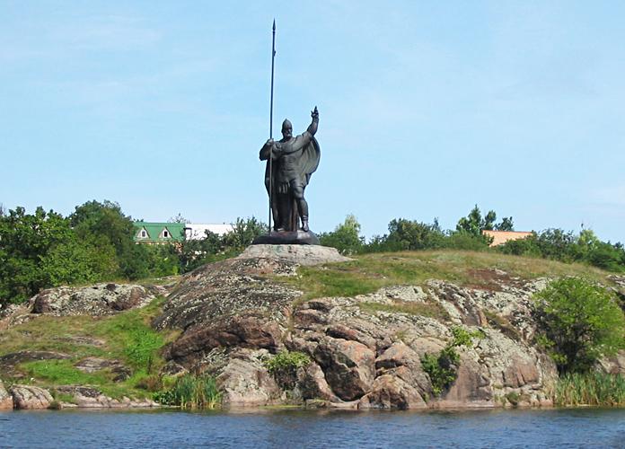 Корсунь-Шевченківський Пам'ятник Росичу на острові Зелений посеред річки Рось